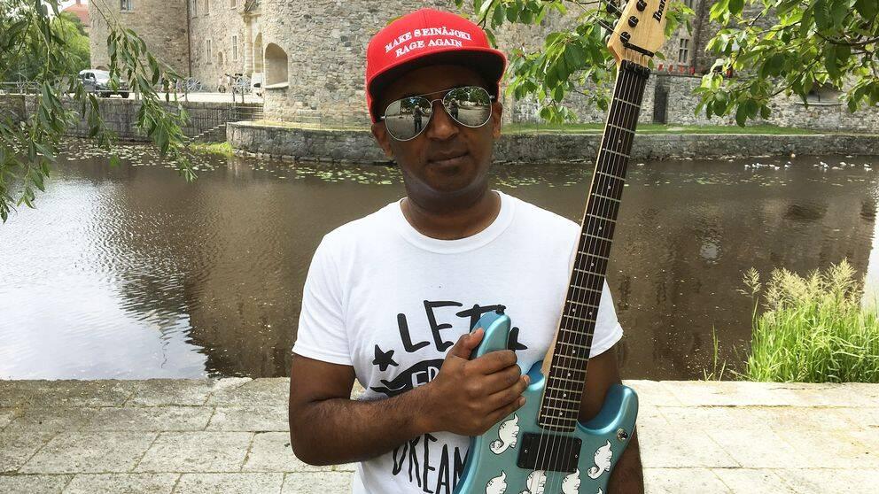 Gitarrläraren Mike Svensson fick hoppa in som ersättare när gitarristen i bandet Phrophets of rage bröt fingret.