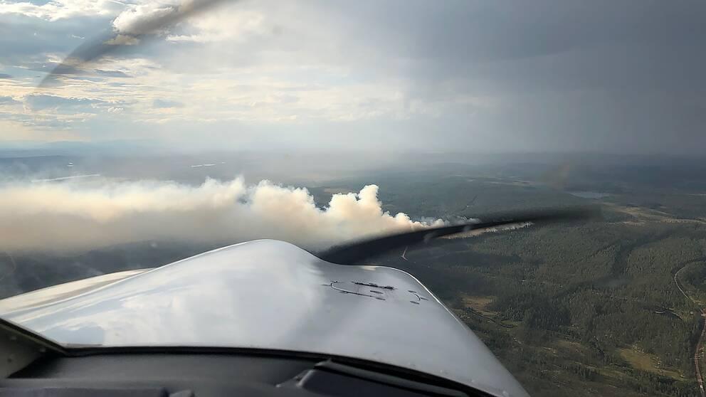 Helikoptrar bekämpar skogsbranden vid ett skjutfält i Älvdalen.
