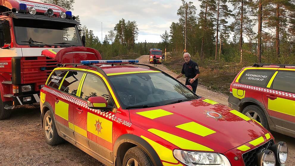 Personal från flera brandstationer bekämpar den stora skogsbranden i Älvdalen på fredagskvällen.