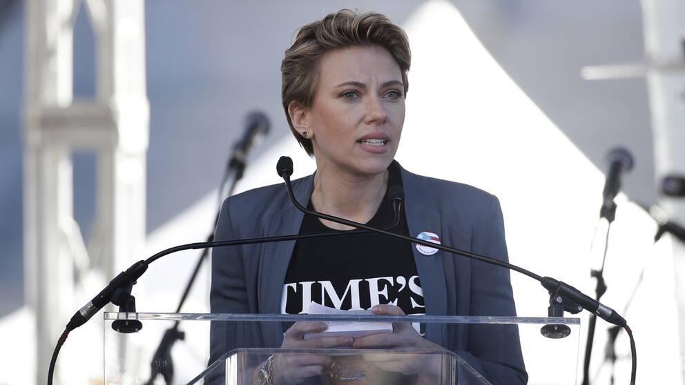 Scarlett Johannson talar vid ett podium
