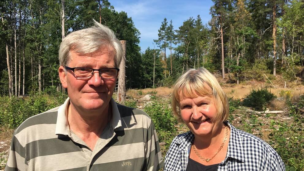 Erik och Monika Petré har ett skogsbruk i Frövi och är oroliga för det alltmer extrema vädret och tycker att klimatförändringarna inte tas på allvar.