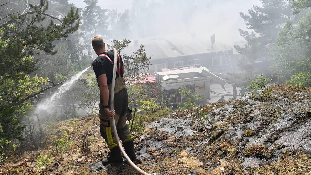Brandman som släcker brand
