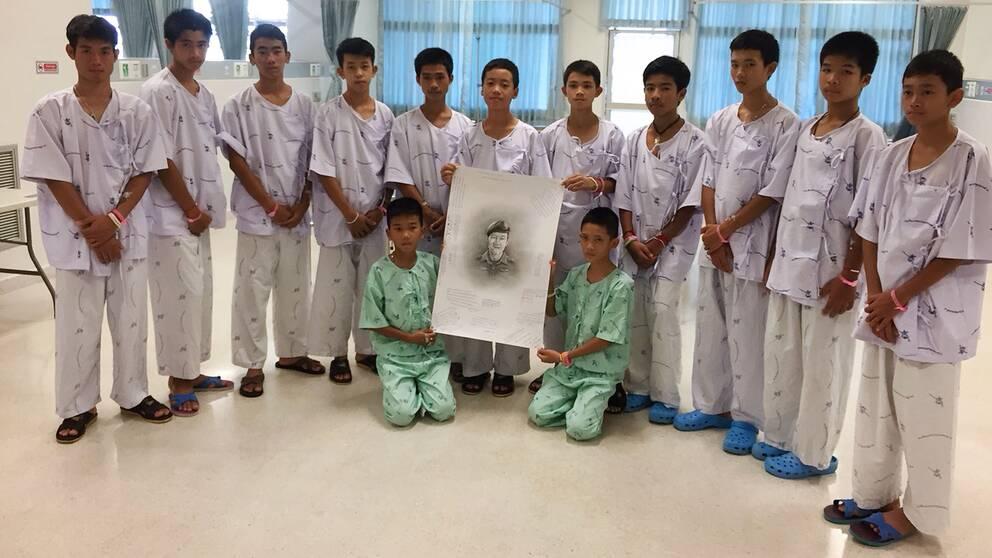 Pojkarna som fastnade i grottan i Thailand visas upp på sjukhuset.