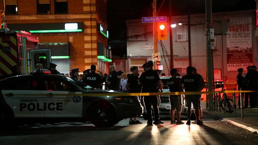Polisen i närheten av där flera personer skadats i en skottlossning i Toronto, Kanada.