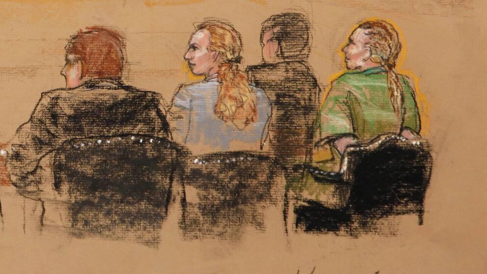 Skiss på fyra ryggar. Längst till höger sitter en kvinna i grön tröja med bakbundna händer