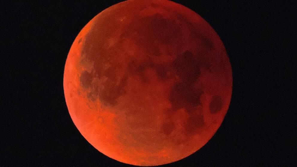 Den 31 januari 2018 uppstod ett annat ovanligt fenomen kallat super-blåmåne. På fredag uppstår en total månförmörkelse och månen färgas röd.