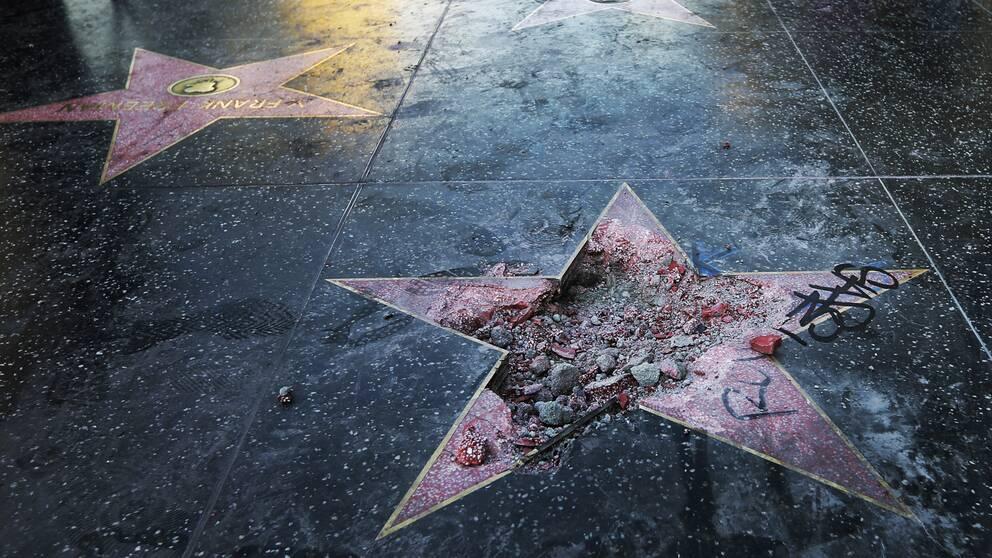 Donald Trumps stjärna sönderslagen så att det är en stor grop i den.