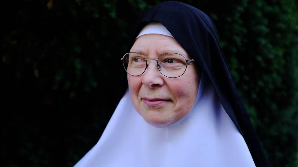 Nunna med glasögon
