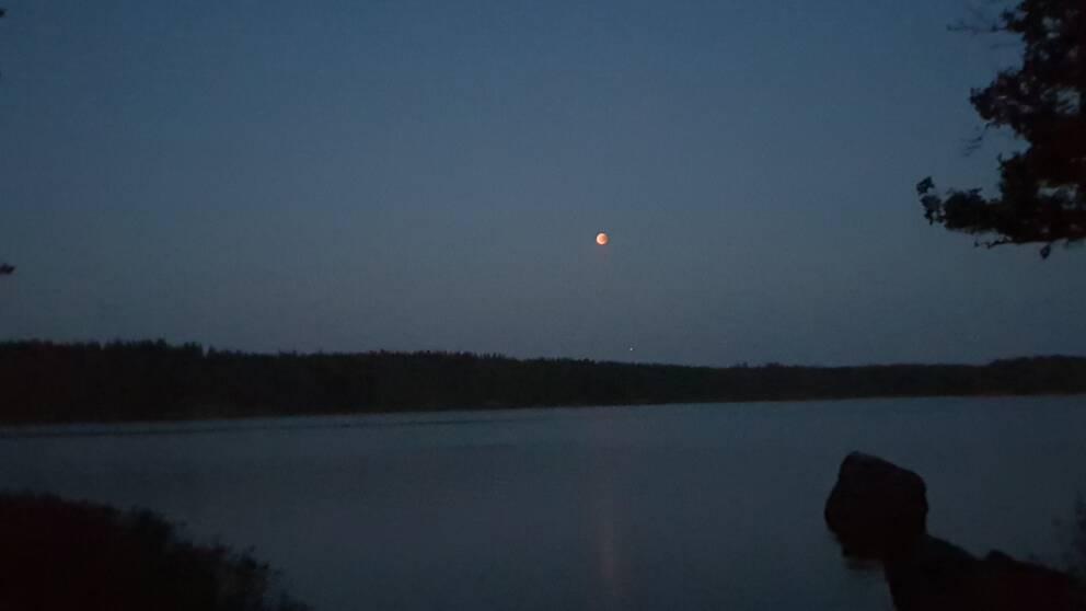 Blodmånen fotad i Askersund med Vättern i förgrunden klockan 23.08 på torsdagskvällen.