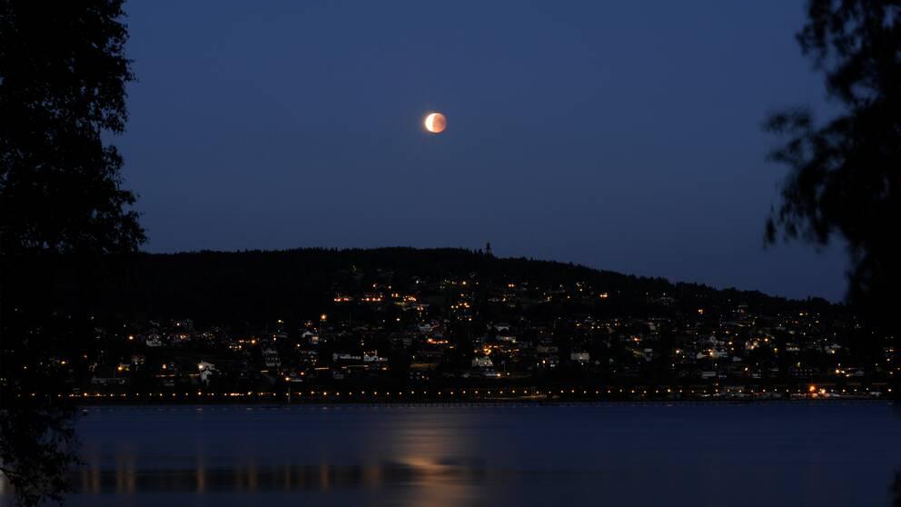 Blodmånen fotad av Roger Lindgren över Långbryggan och Lerdal i Rättvik.