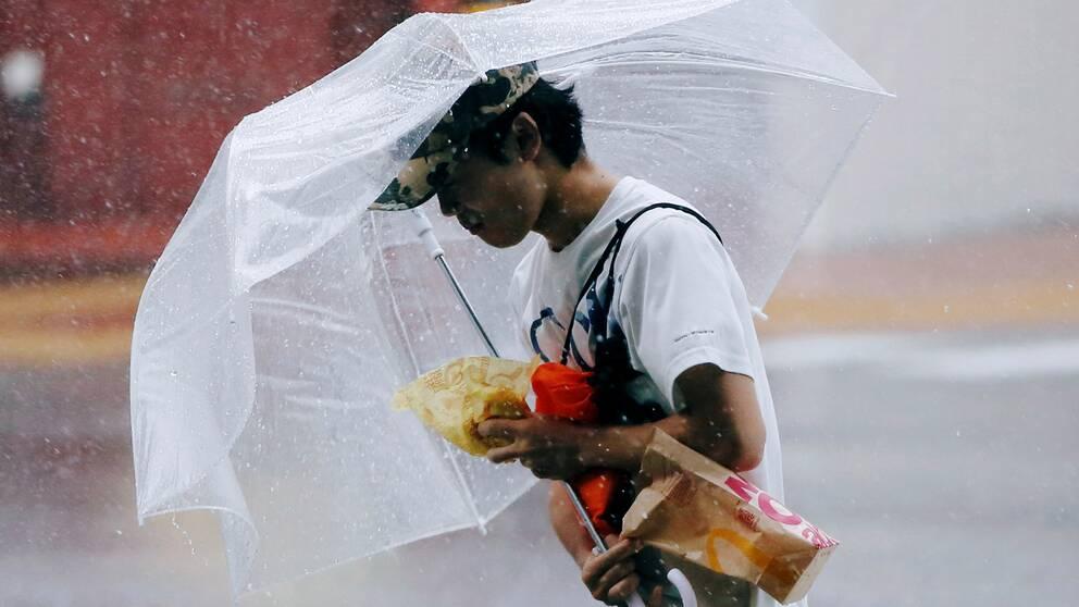 En fotgängare brottas med sitt paraply i huvudstaden Tokyo.