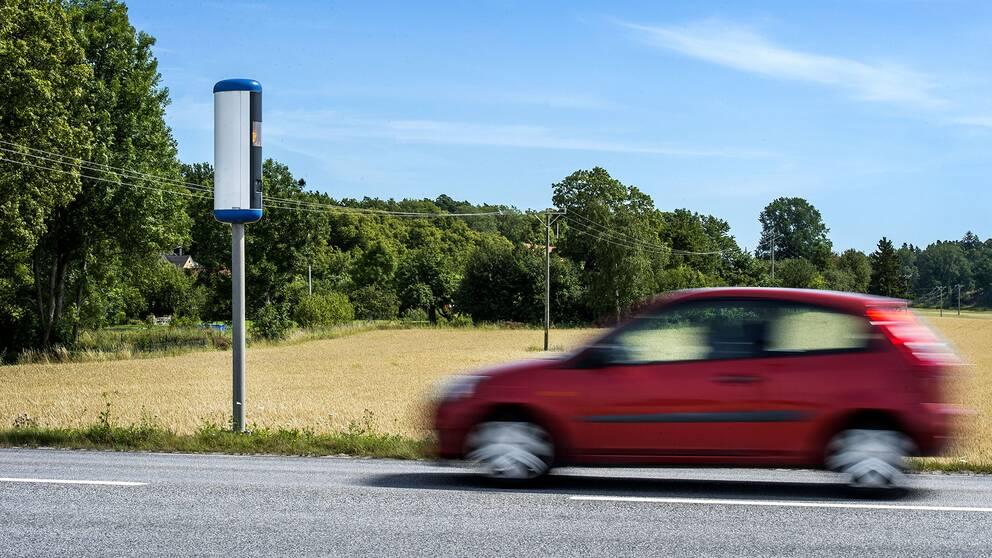 En bil som är på väg att passera en hastighetskamera.