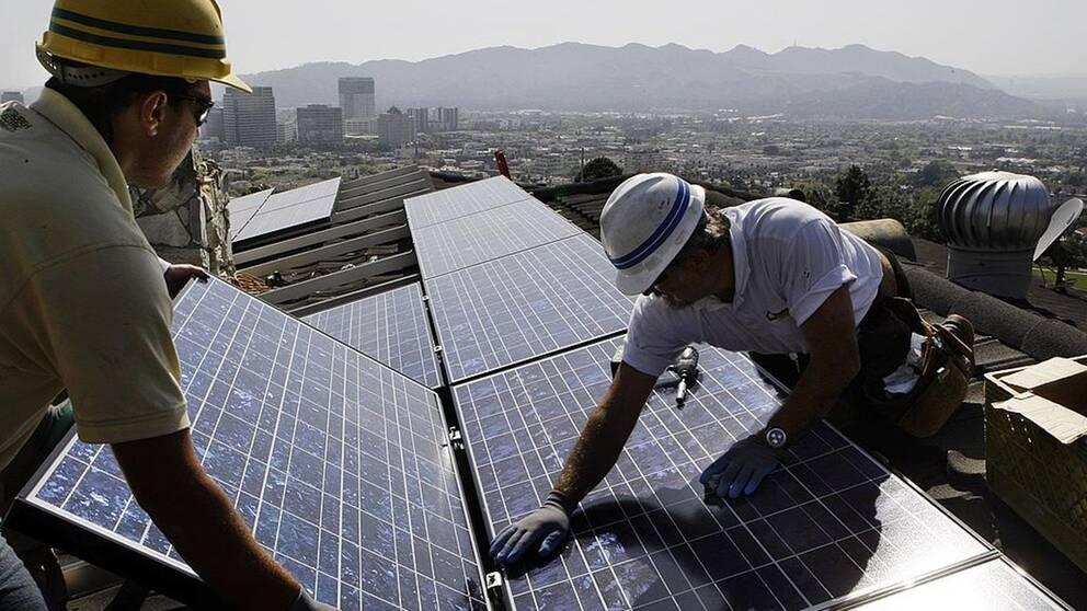 I Kalifornien är det lag på att solpaneler ska finnas på alla nybyggda hus. Lagen träder i kraft 2020.