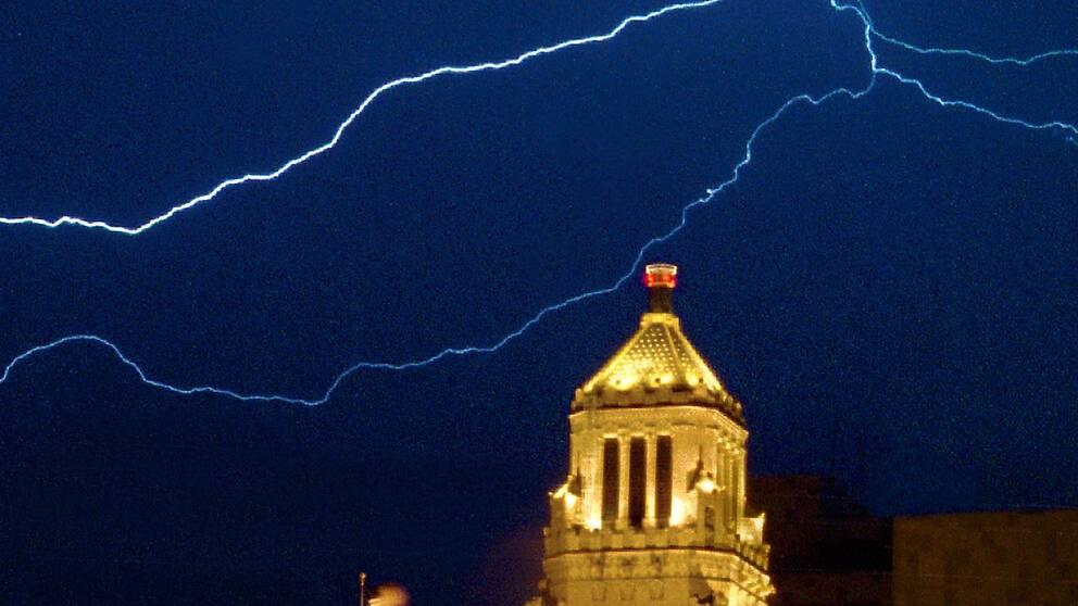 Ett blixtnedslag i Plummer Building i Rochester, Minnesota, i USA.