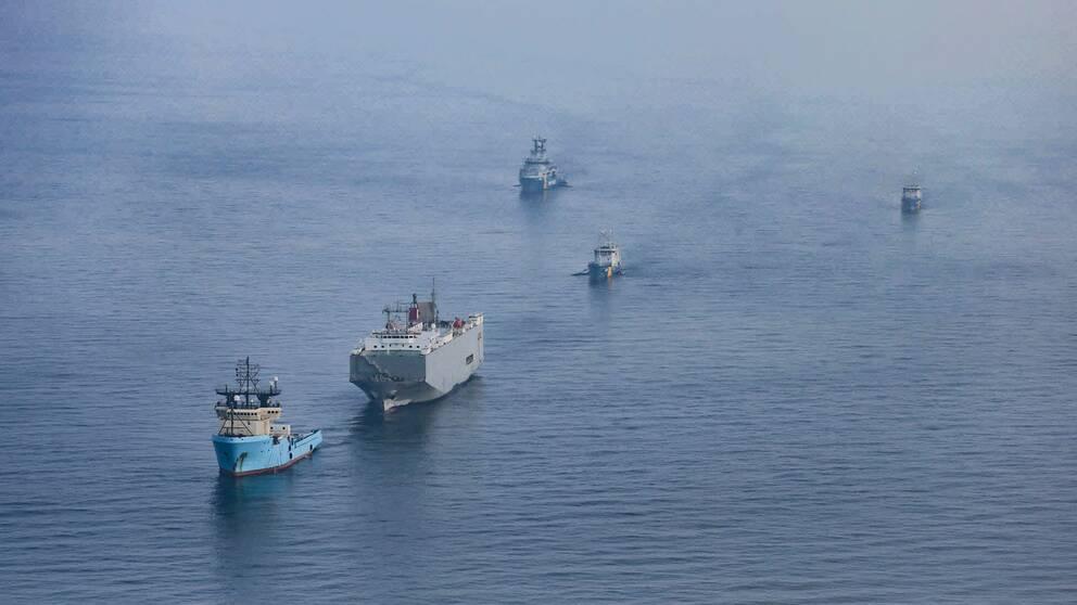 Här bogseras fartyget Makassar Highway till Oskarshamn.