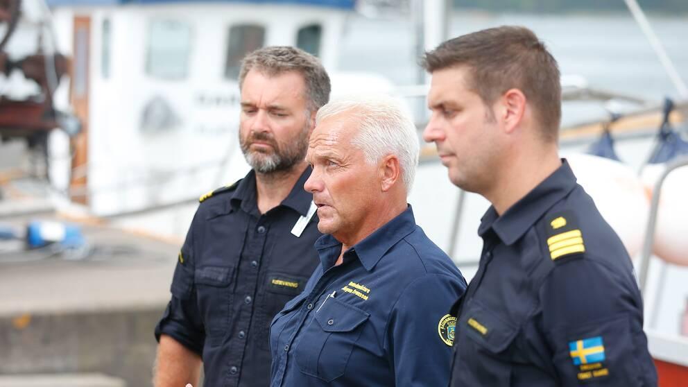 Brandmästare Jörgen Svensson med Henrik Smitterberg och Kustbevakningen och Patrik Lindén.