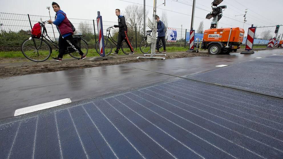 I Nederländerna har man testat med solpaneler som vägbeläggning på cykelbanor och i Kina på motorvägar.