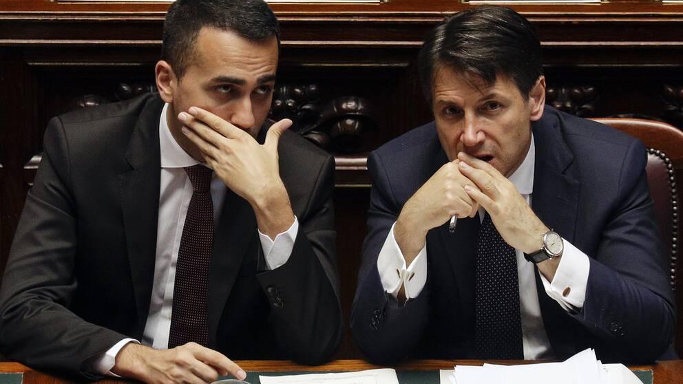 Femstjärnerörelsens ledare Luigi Di Maio (t v) och Italiens premiärminister Giuseppe Conte i det italienska parlamentet