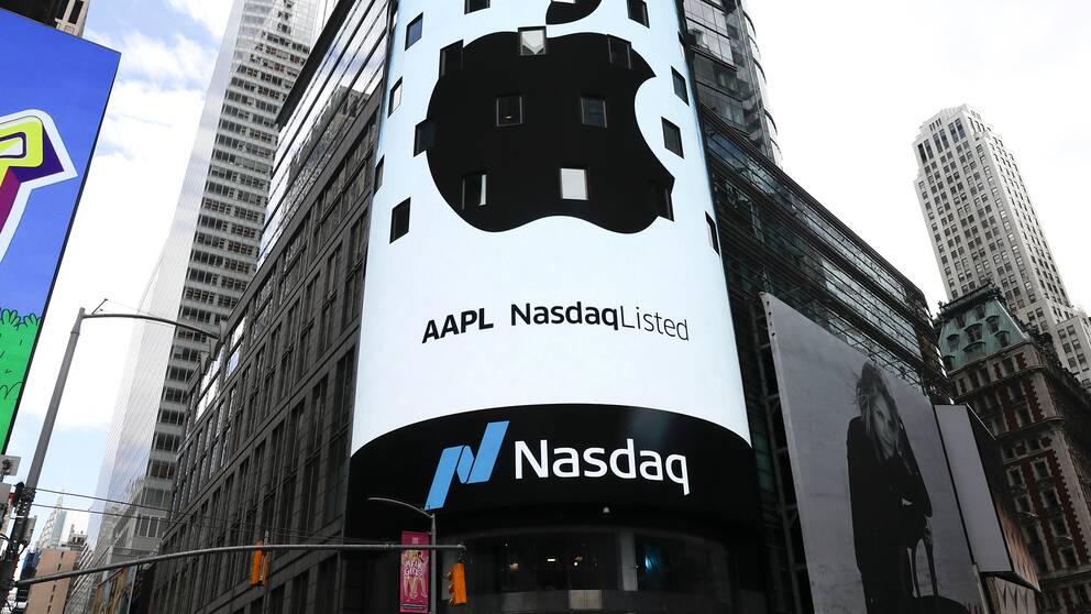 En skärm visar Apples logga på Nasdaq-bösen i New York.