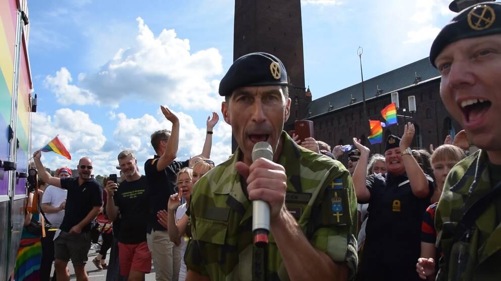 Överbefälhavaren tar ton i årets Prideparad.