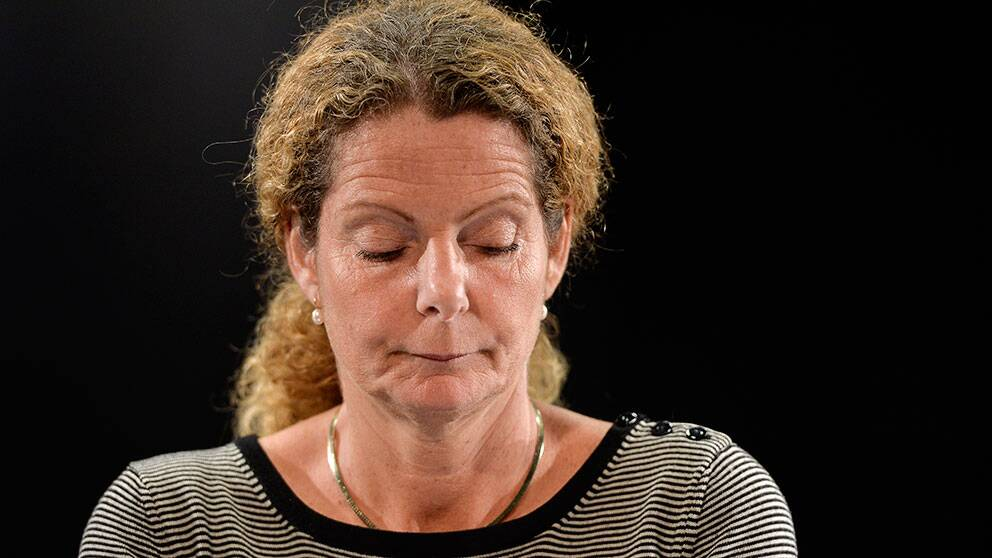 Sveriges Radio-chefen Cilla Benkö i sorg under dagens presskonferens.