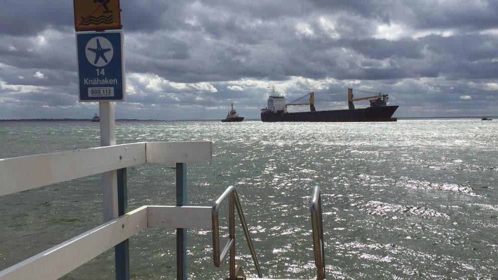 Bärgningen av det grundstötta lastfartyget utanför Helsiborg inleddes vid 15-tiden på söndagen.