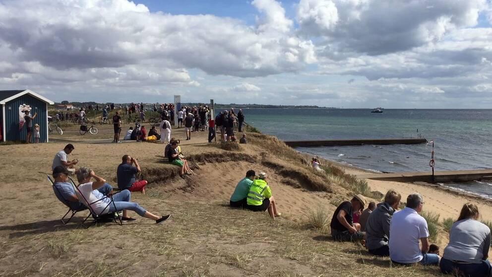 Många människor hade samlats på stranden för att följa bärgningsarbetet till havs.