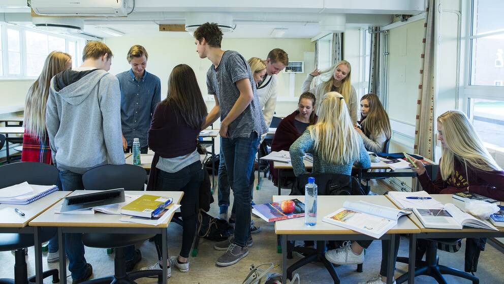 Ungdomar i ett klassrum.