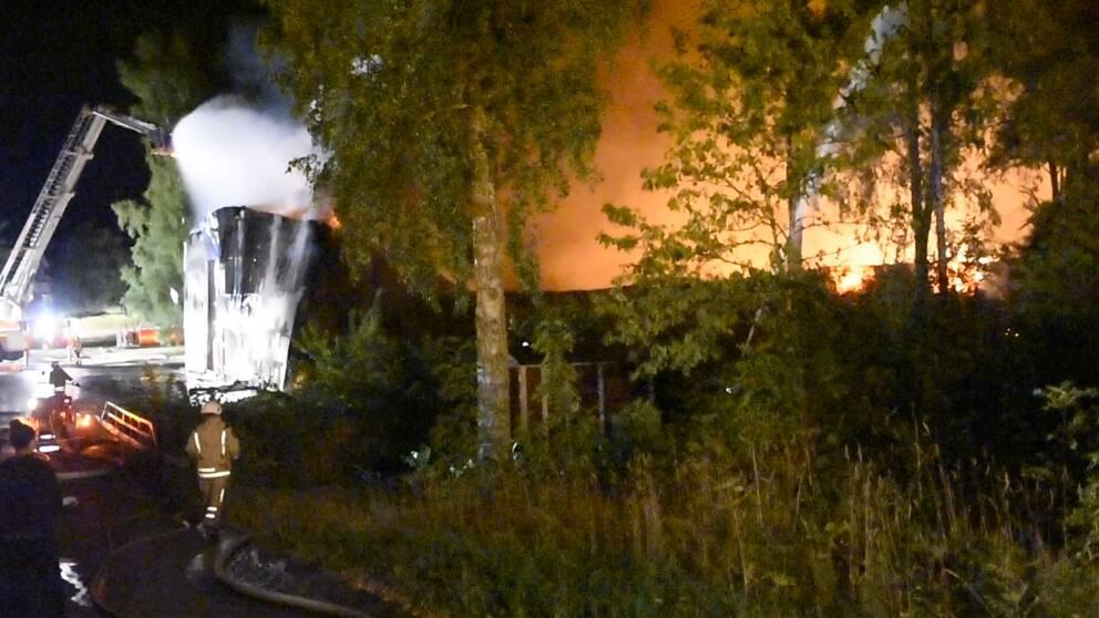 En industri totalförstördes efter brand under natten till onsdag.
