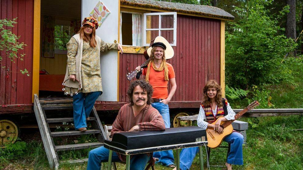 Kakan Hermansson, Erik Haag, Lotta Lundgren och Olof Wretling prövar livet som popgrupp i SVT:s nya serie Bandet och jag