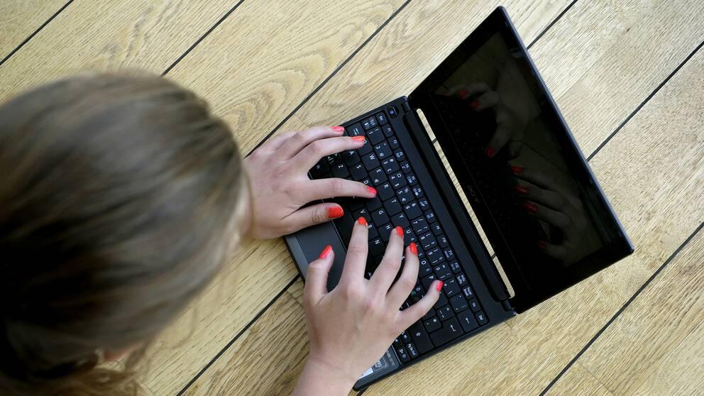 En person surfar på sin dator.