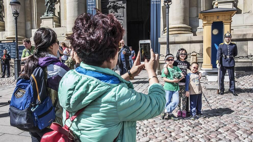 Turisterna gjorde av med 317 miljarder kronor under 2017. Utländska besökare stod för 42 procent av turisternas konsumtion.