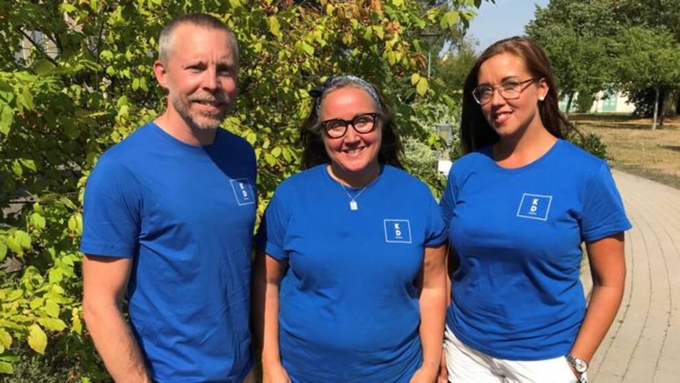 Mattias Ingeson, Mia Frisk och Pia Skogsberg – tre KD-politiker i blå tröjor med KD-logga