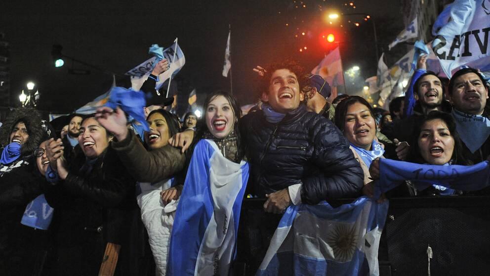 Människor firar utanför kongressen i huvudstaden Buenos Aires efter att senaten röstat nej till att legalisera abort för graviditeter upp till 14 veckor.