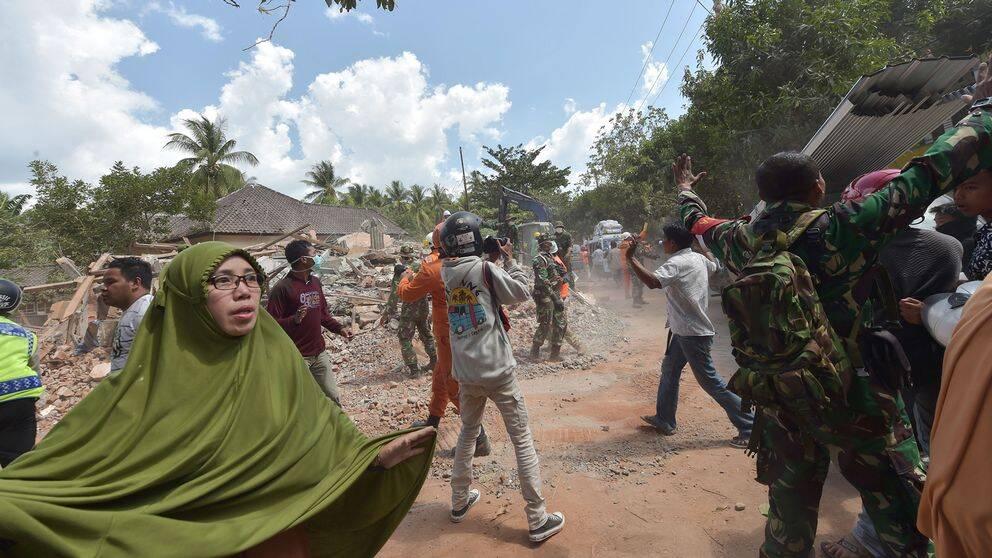 Människor reagerar på efterskalvet på Lombok i Indonesien.