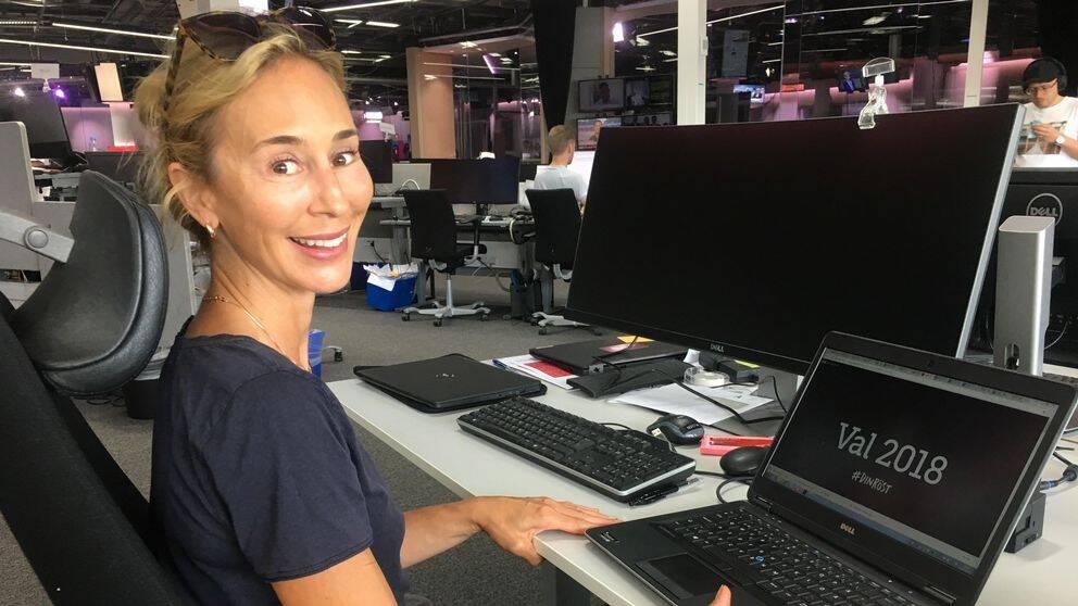 Karin Ekman sitter framför laptop.