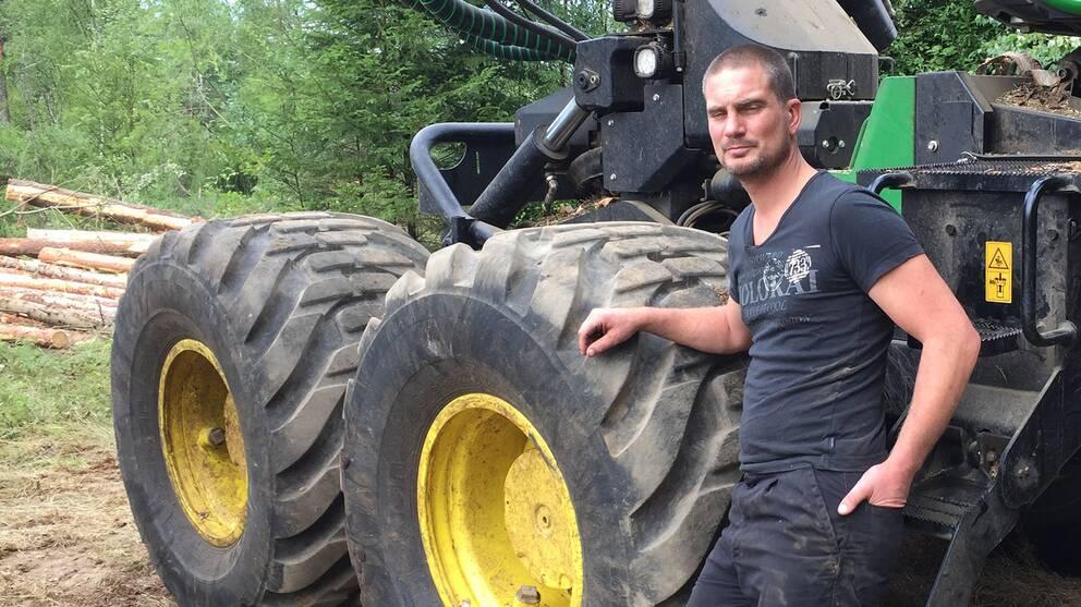 Håkan Nilsson från Markaryd har drabbats hårt av sommarens ihållande torka. Företagets skogsmaskiner har inte kunnat användas fullt ut av rädsla för gnistor som kan skapa skogsbränder.