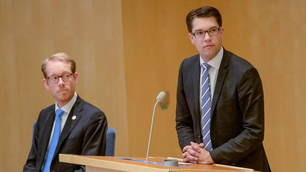 I riksdagen. Sverigedemokraternas partiledare Jimmie Åkesson och Tobias Billström (M) till vänster.