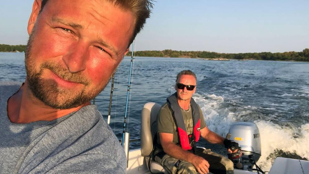 Kalle Rosensköld är sportfiskare och kommer ofta ut till Blekinges skärdgård. På bilden tillsammans med vännen Kent.