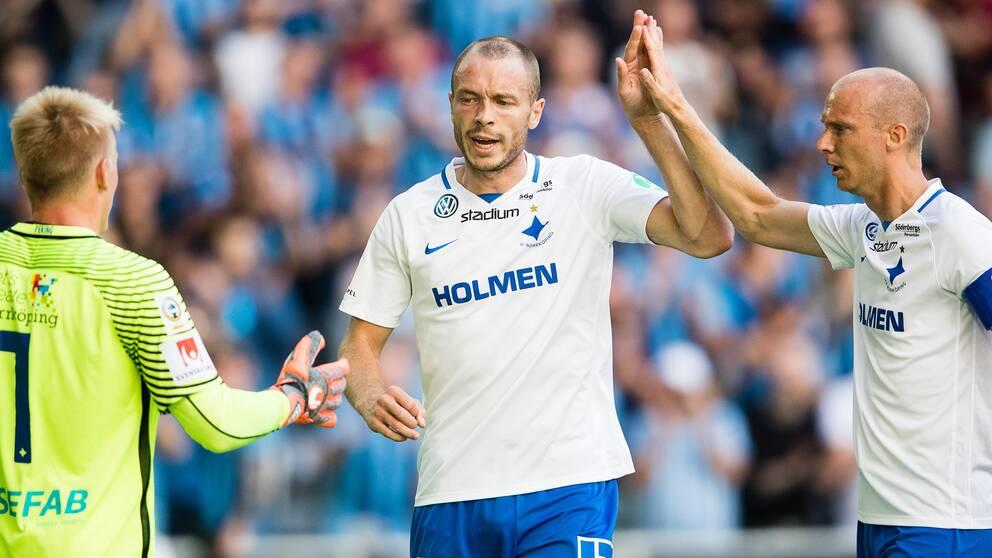Norrköpings Jon Gudni Fjoluson (mitten) jublar med målvakten Isak Pettersson samt Andreas Johansson.
