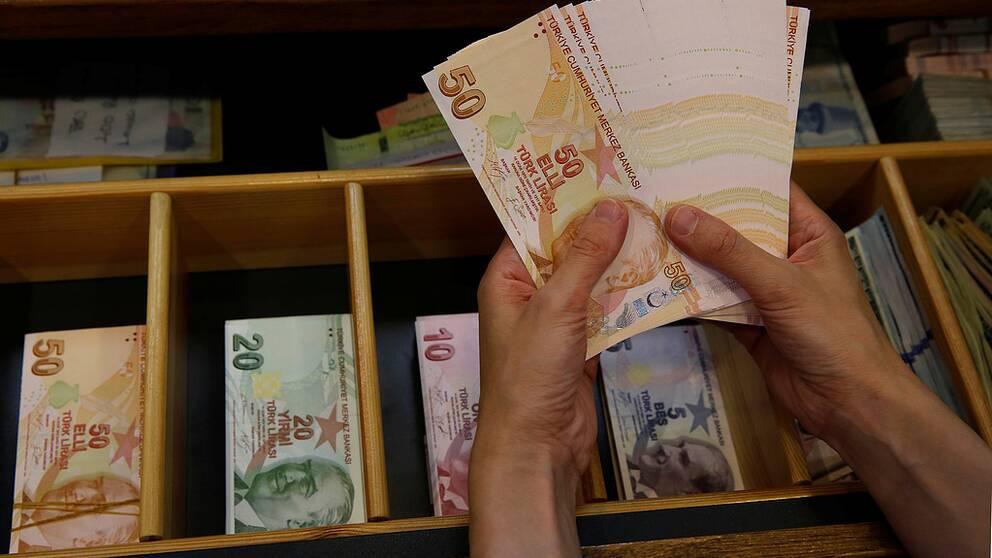 Den turkiska liran har tappat mer än 40 procent av sitt värde gentemot dollarn och euron.