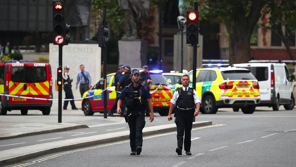Parlamentet i London är stängt och omringat av polis sedan en man kört in i en betongbarriär och skadat flera personer.