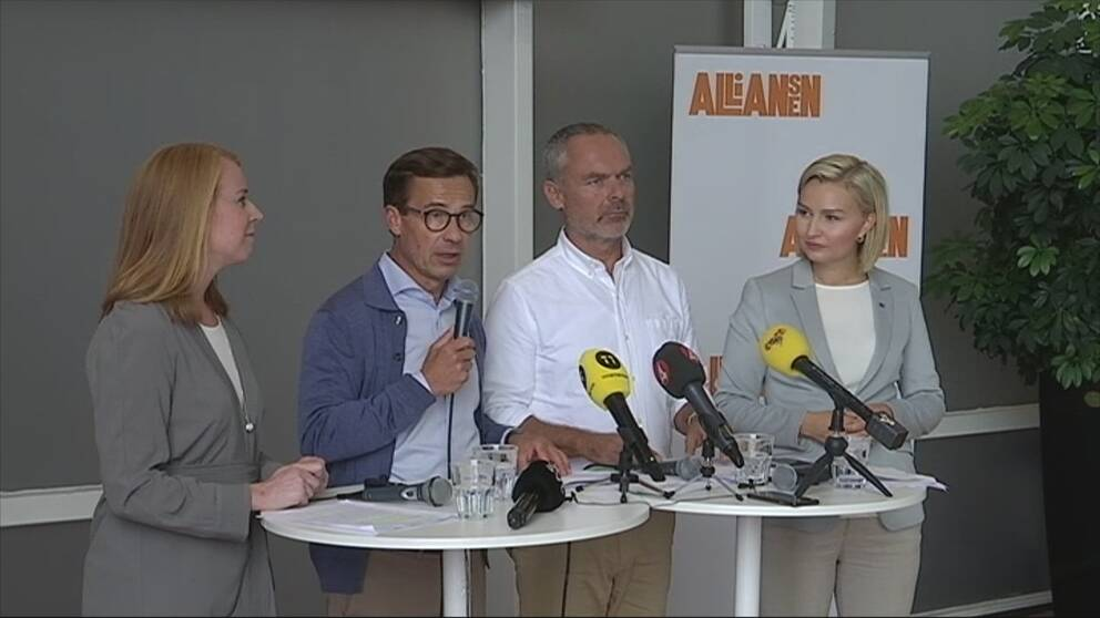 Alliansen håller presskonferens.