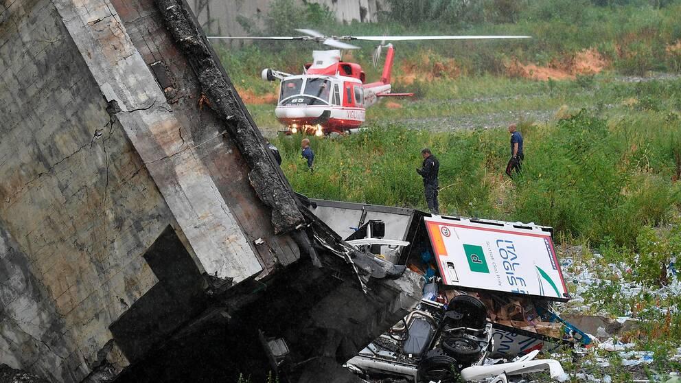 En helikopter vid olycksplatsen.