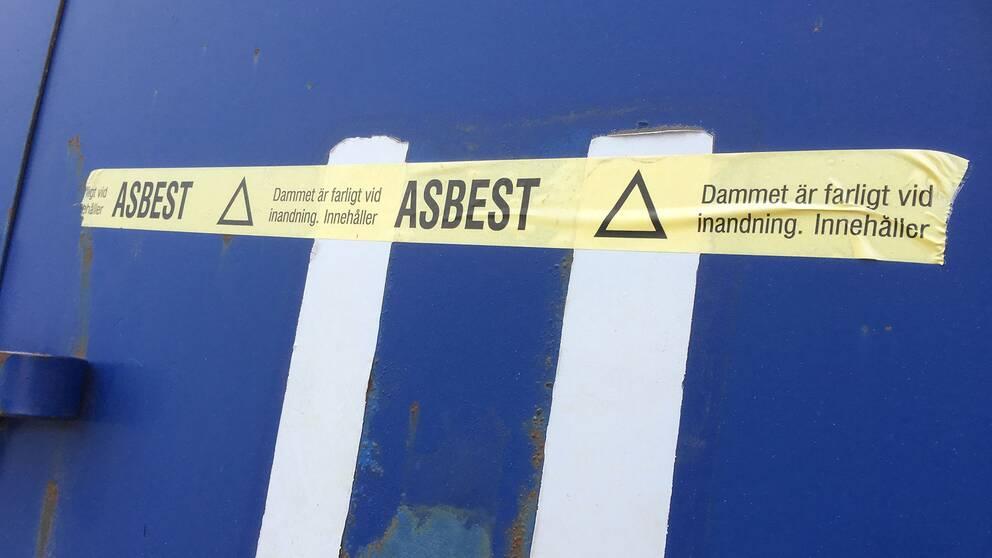Rivningsmaterial med asbest ska plastas in innan det förvaras i låsta containrar.