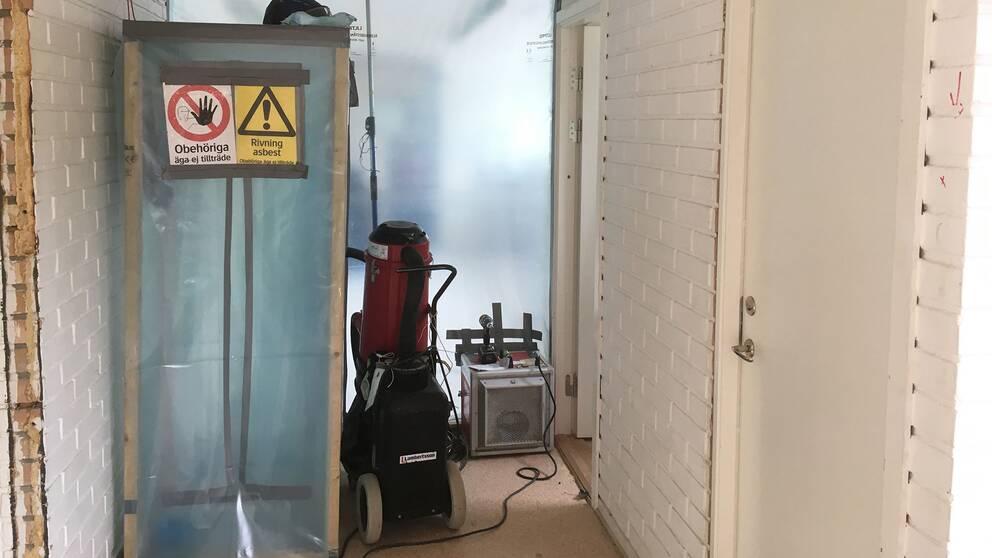 En av Laröds skolas byggnader saneras inför rivning.