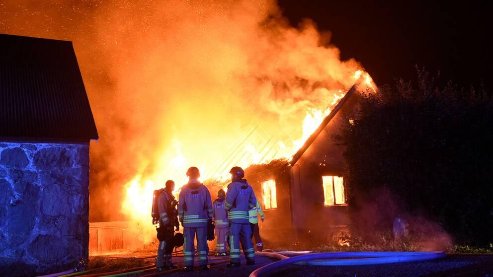 En villa utanför Tomelilla i full brand under onsdagsnatten.