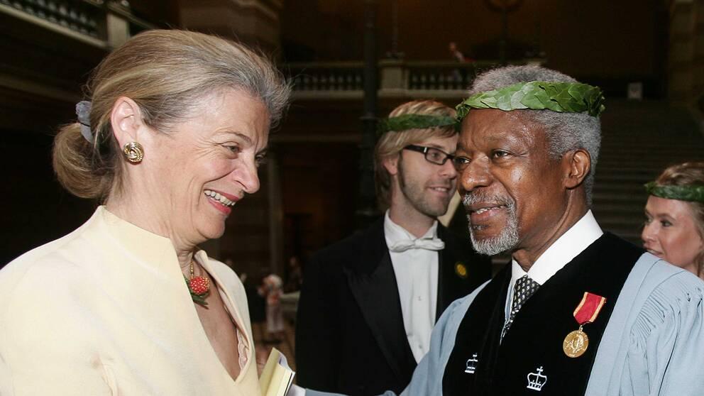 Kofi Annan och hans fru Nane i Uppsala 2007 när Annan promoverades till hedersdoktor till Carl von Linnés minne vid Uppsala universitet. Arkivbild.
