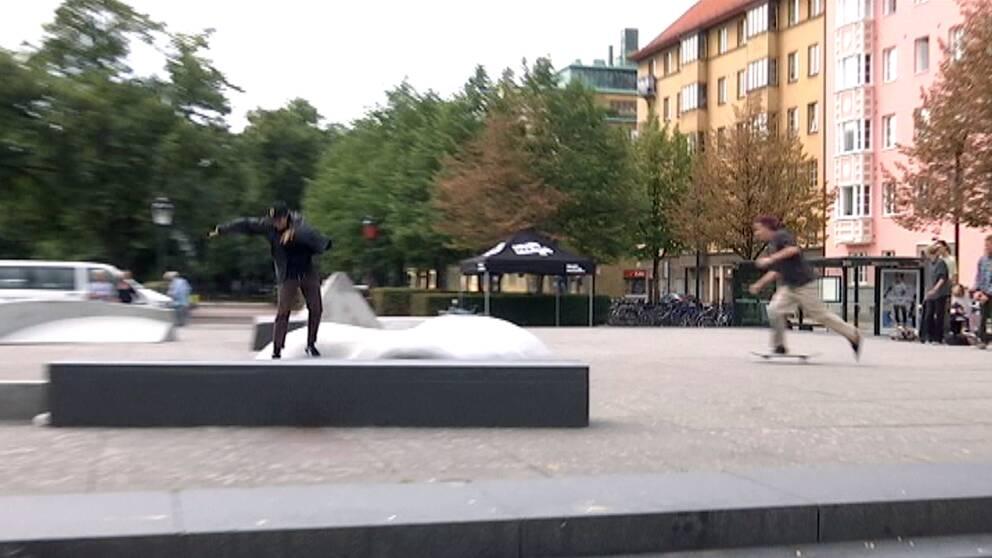 Skateboardåkare på Värnhemstorget