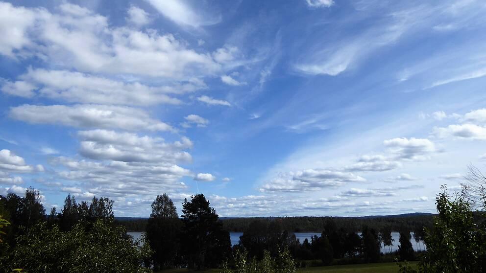 Små lätta moln ser jag på min himmel en himmel som är blå i Spelnäs, Värmland 19 augusti.